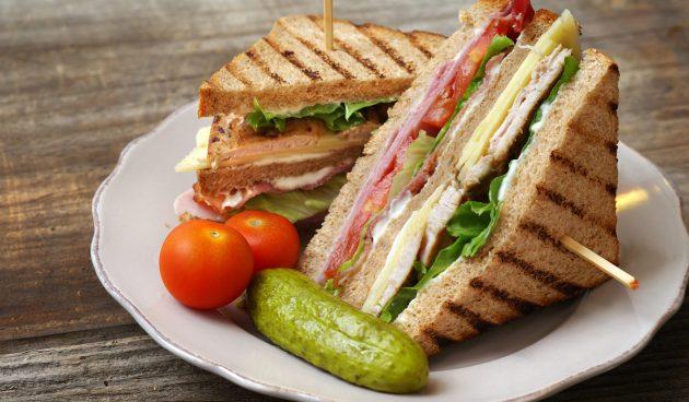 Клаб-сэндвичи с индейкой, беконом и ветчиной
