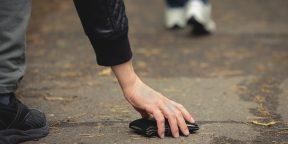 Что делать, если нашли чужой кошелёк, и почему лучше не спешить его поднимать