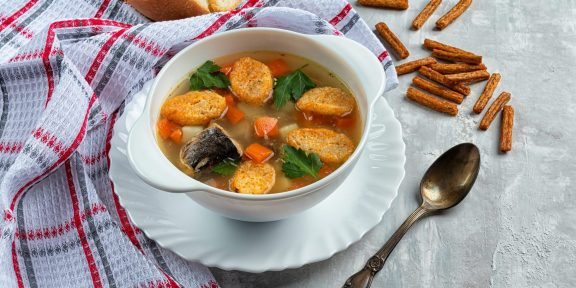 Готовятся элементарно. Сытные супы с рыбными консервами для всей семьи