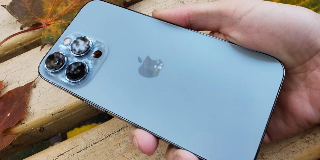 Общий вид iPhone 13Pro в руке