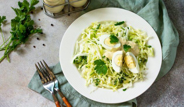 Салат с капустой, огурцом и яйцами