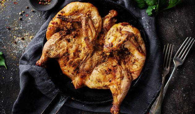 Запечённая курица под кирпичом