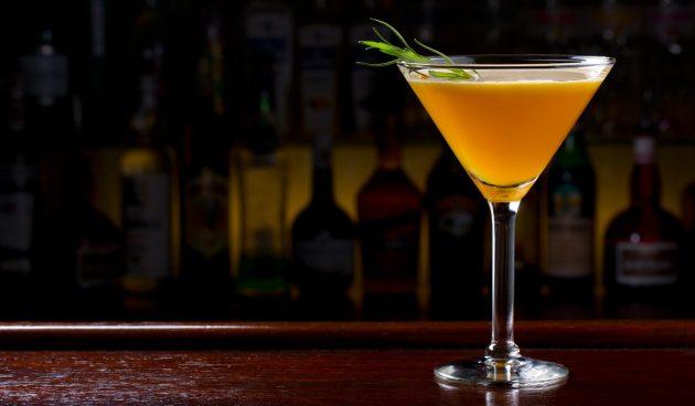 Коктейль с виски и персиковым джемом
