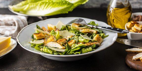 Как приготовить знаменитый салат цезарь. От классики к экспериментам