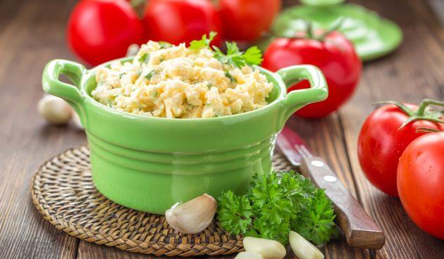 Салат с сыром, яйцами и чесноком