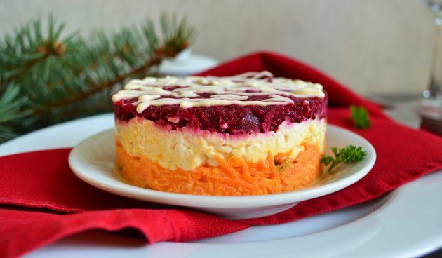 Слоёный салат со свёклой, морковью и сыром
