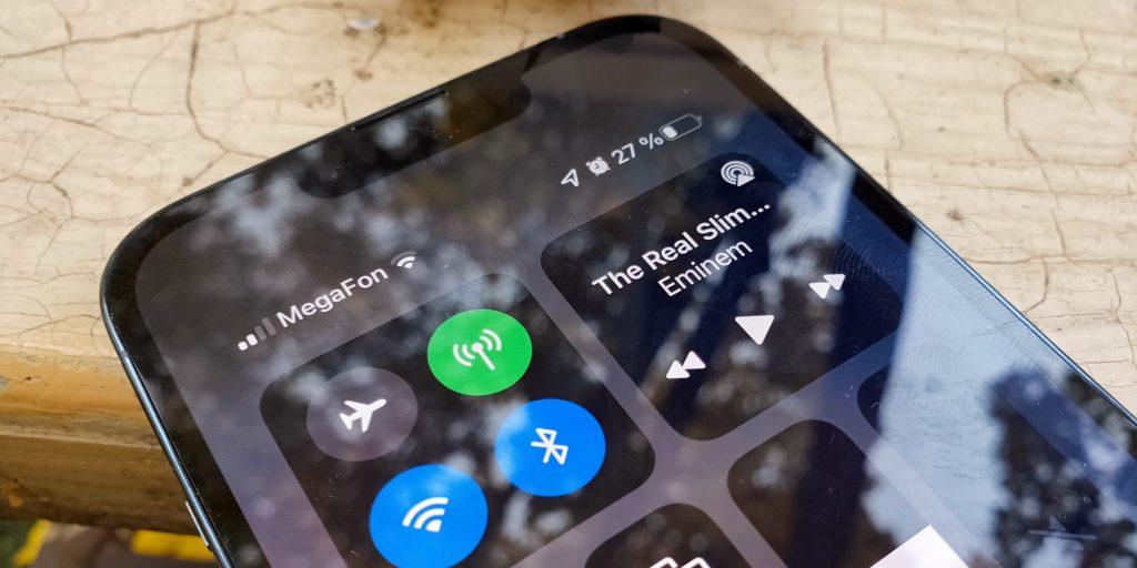 Уровень заряда на экране iPhone 13Pro