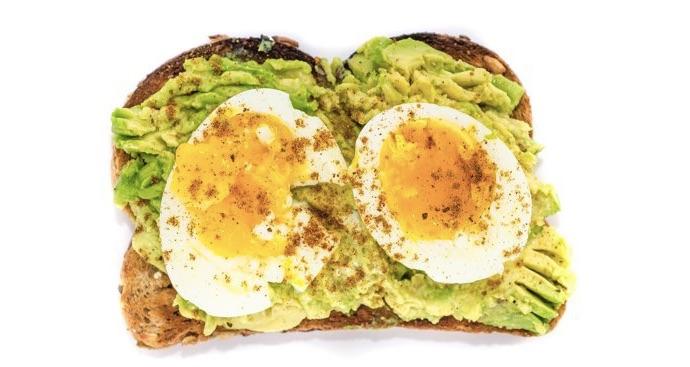 тост с авокадо и яйцами всмятку